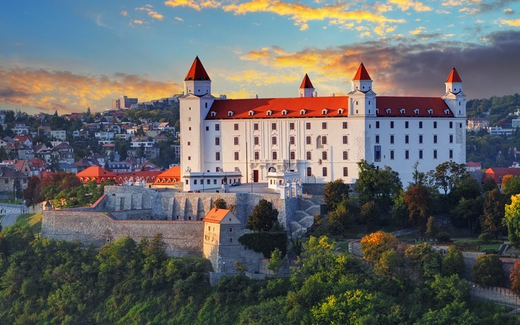 https://silvija-turist.hr/wp-content/uploads/2020/01/Bratislava-castle-1024x640.jpg